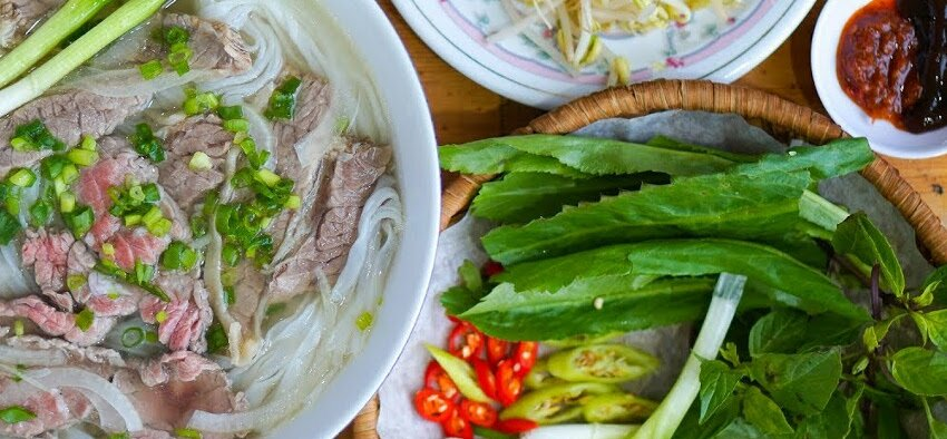 how much money to take in vietnam for living as a expat and tourists for cheap food
