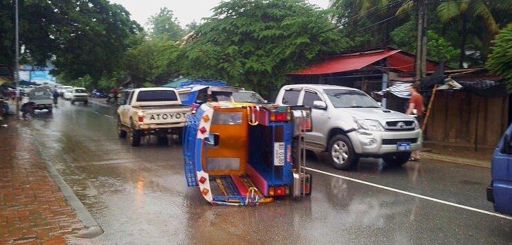 Be aware danger if you use tuk tuk in Cambodia : crash of travelers