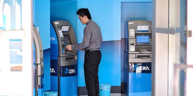 retirer de l'argent au distributeur de billets au Cambodge