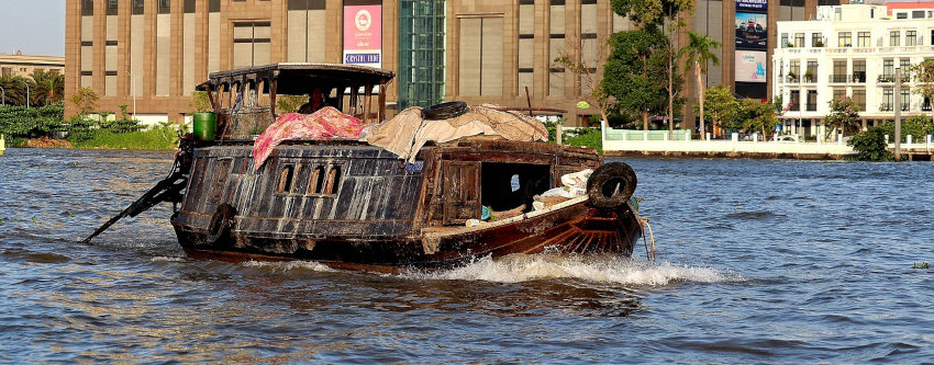 livraison de matériaux par bateau sur le mékong